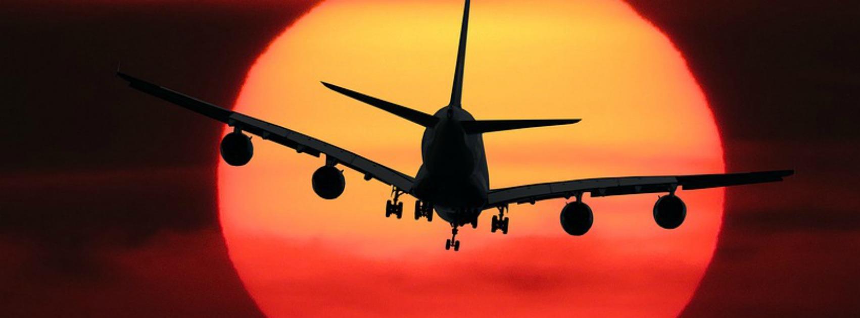 Flugzeug im Abendrot