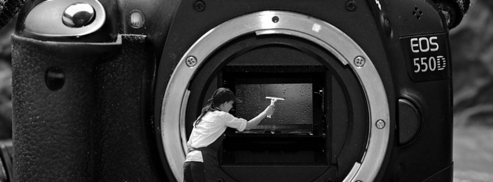 Frau putzt Objektiv