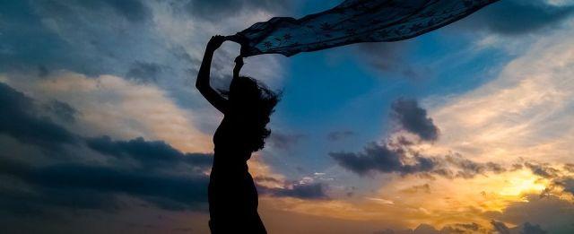 Frau mit Tuch im Wind