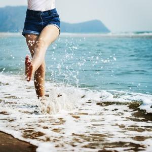 Frau barfuss im Wasser Pixabay