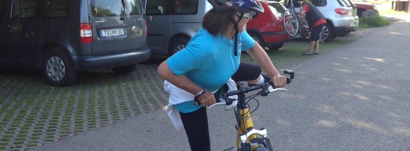 Frau steigt vom Rad