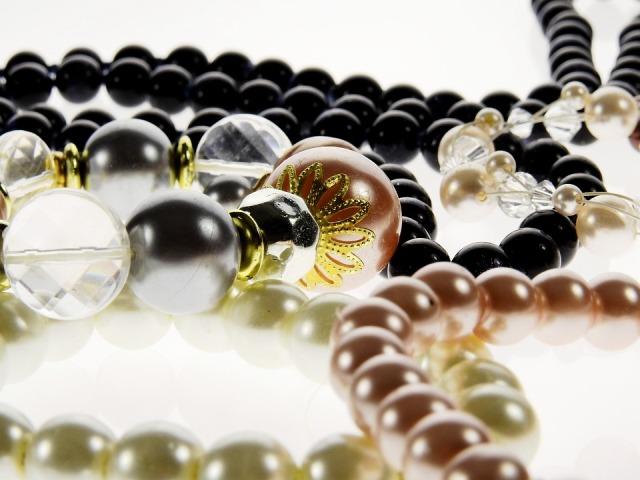 Perlenkette weiß - schwarz Pixabay